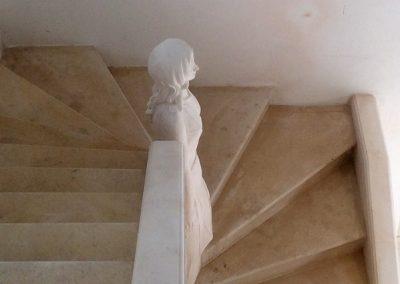 Escalier tournant avec statue